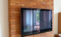 ściana  z płytek z ciętej cegły z telewizorem
