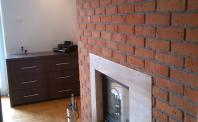 Płytki licowe ściana z cegły z kominkiem